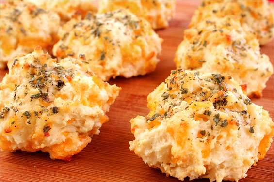 Garlic Cheddar Biscuits (A La Red Lobster) | gimmesomeoven.com