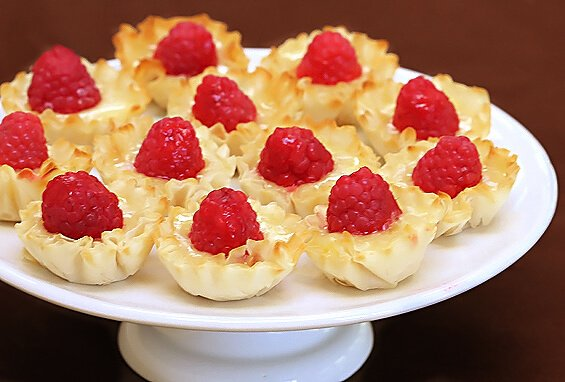 brie and raspberry phyllo cups