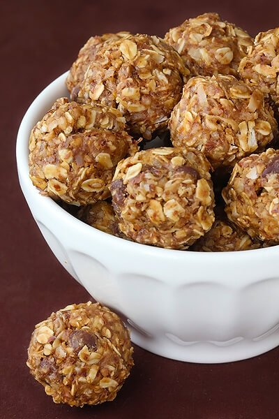 No Bake Energy Bites -- these delicious bites are perfect for breakfast, snacking, even dessert! | gimmesomeoven.com #vegan