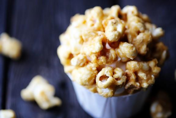 Caramel Corn Cupcakes | gimmesomeoven.com