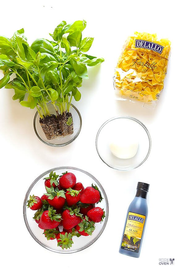 5 Ingredient Strawberry Caprese Pasta Salad | gimmesomeoven.com #easy #recipe #vegetarian