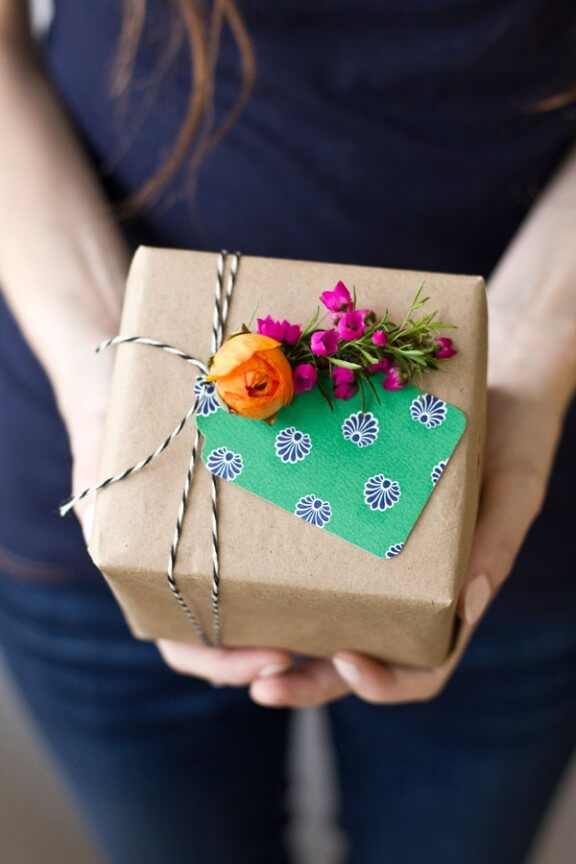 DIY-Fresh-Flower-Gift-Tag