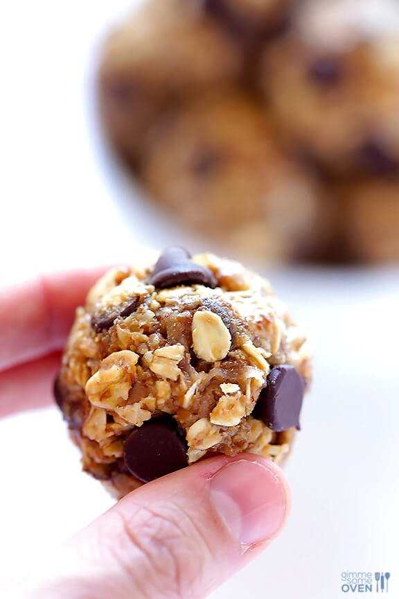 No Bake Energy Bites -- these delicious bites are perfect for breakfast, snacking, even dessert!   gimmesomeoven.com #vegan