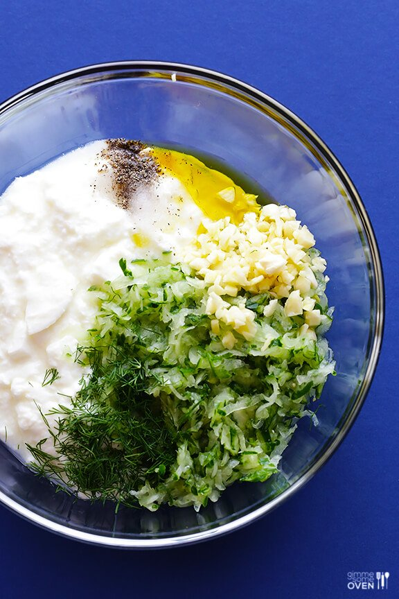Homemade Tzatziki Recipe -- super easy to make, and so good! | gimmesomeoven.com