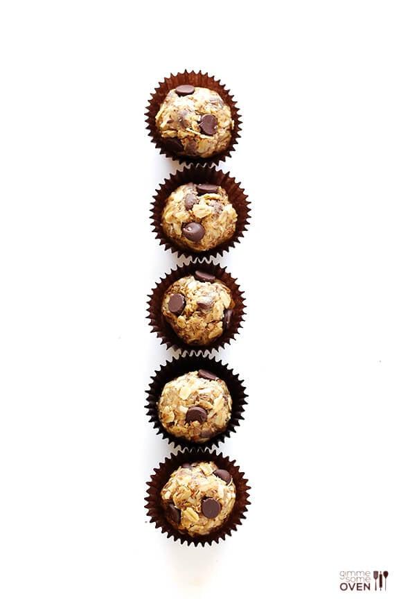 Cashew Dark Chocolate Energy Bites   gimmesomeoven.com #glutenfree #vegan