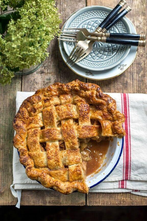 Salted Caramel Apple Pie | supergoldenbakes.com