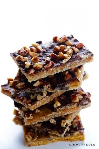 5-Ingredient Graham Cracker Toffee | gimmesomeoven.com #dessert #chocolate