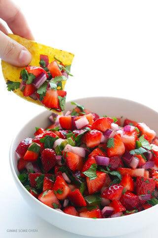 5-Ingredient Strawberry Salsa | gimmesomeoven.com
