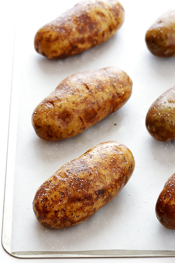 Learn how to bake the perfect baked potato with this simple step-by-step tutorial and recipe | gimmesomeoven.com