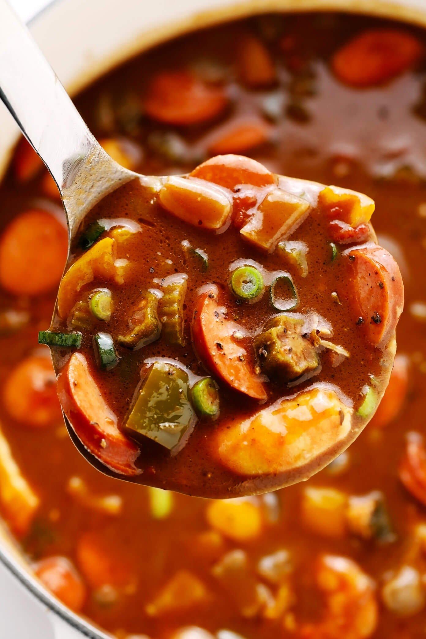 Concha cheia de salsicha, camarão e frango Gumbo