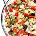 This Pizza Pasta Salad recipe is quick and easy to make, it's tossed with a simple Italian vinaigrette, and you can customize it with all of your favorite pizza toppings! | gimmesomeoven.com