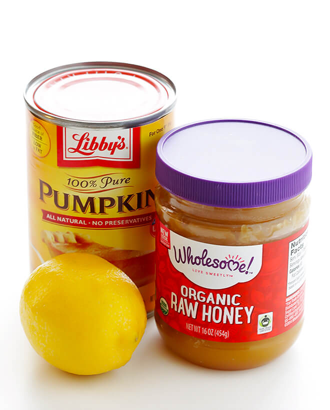 This DIY Pumpkin Honey Brightening Face Mask is made with 3 easy ingredients, and only takes 1 minute to whip up! | gimmesomeoven.com