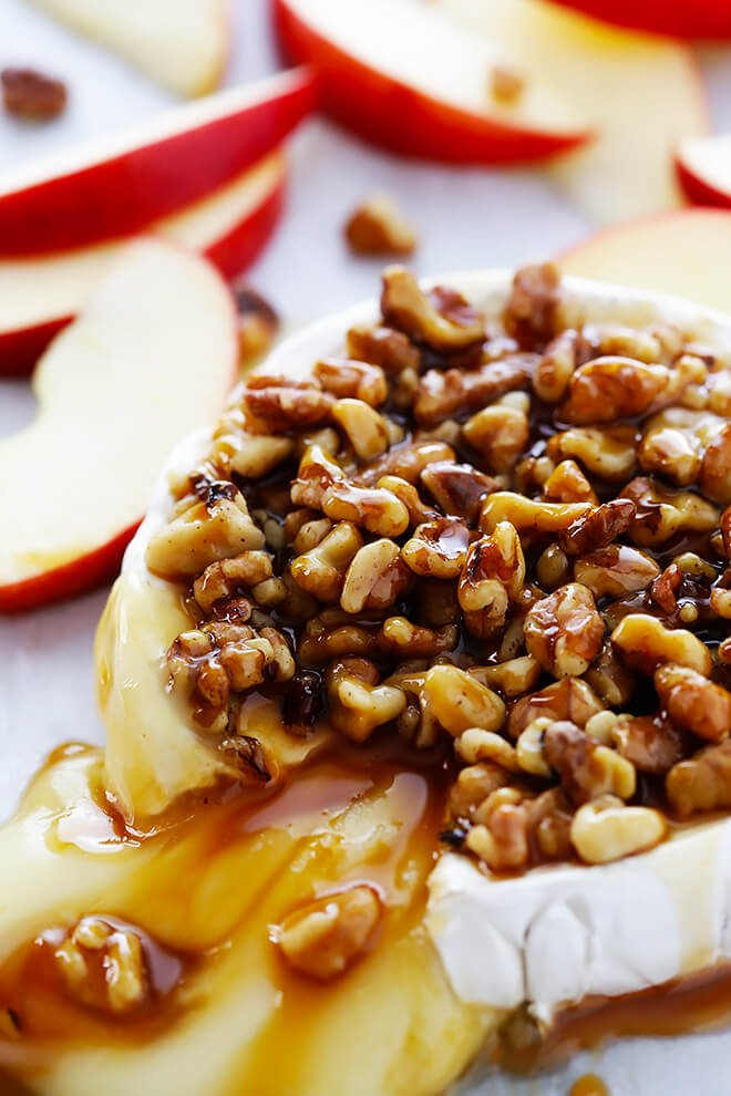 This 10-Minute Caramel Apple Baked Brie recipe is super-easy to make with just 3 ingredients, and it's the perfect appetizer for any party! | gimmesomeoven.com