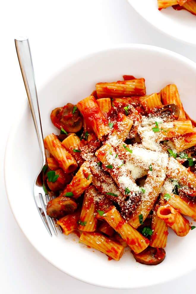 Rigatoni with Mushrooms, Rosemary and Parmesan -- this Italian comfort food is so simple to make, and soooo flavorful and delicious! | gimmesomeoven.com