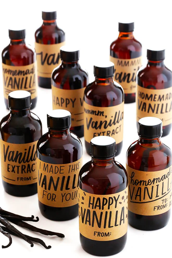 Learn how to make Homemade Vanilla Extract with this easy recipe, which includes (free!) printable labels. Perfect for holiday gifts! | gimmesomeoven.com