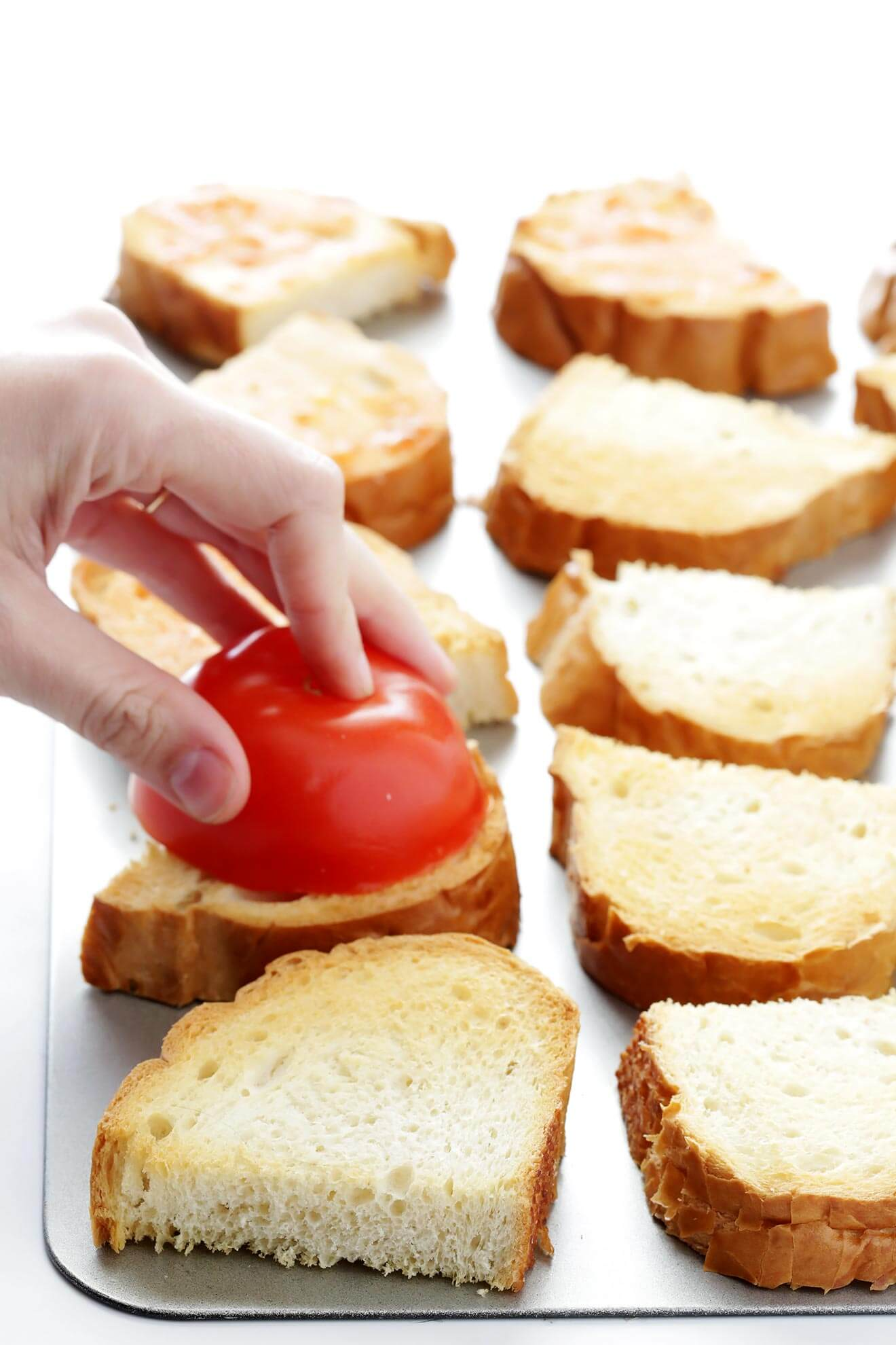 This Spanish Tomato-Rubbed Bread recipe is SUPER quick and easy to make, and so fresh and delicious! | gimmesomeoven.com
