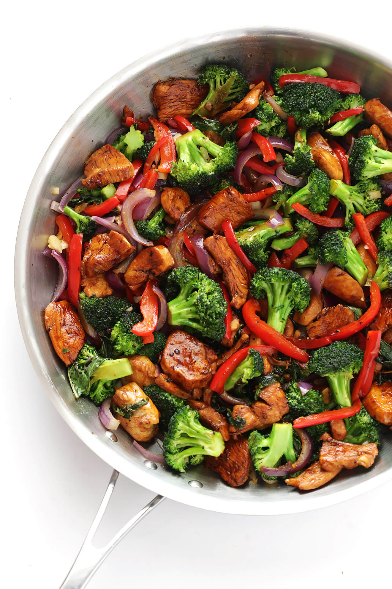 This 20-Minute Thai Basil Chicken is quick and easy to make, filled with lots of vegetables like red peppers, broccoli and onions, and tossed with a delicious sauce that everyone will love! | gimmesomeoven.com