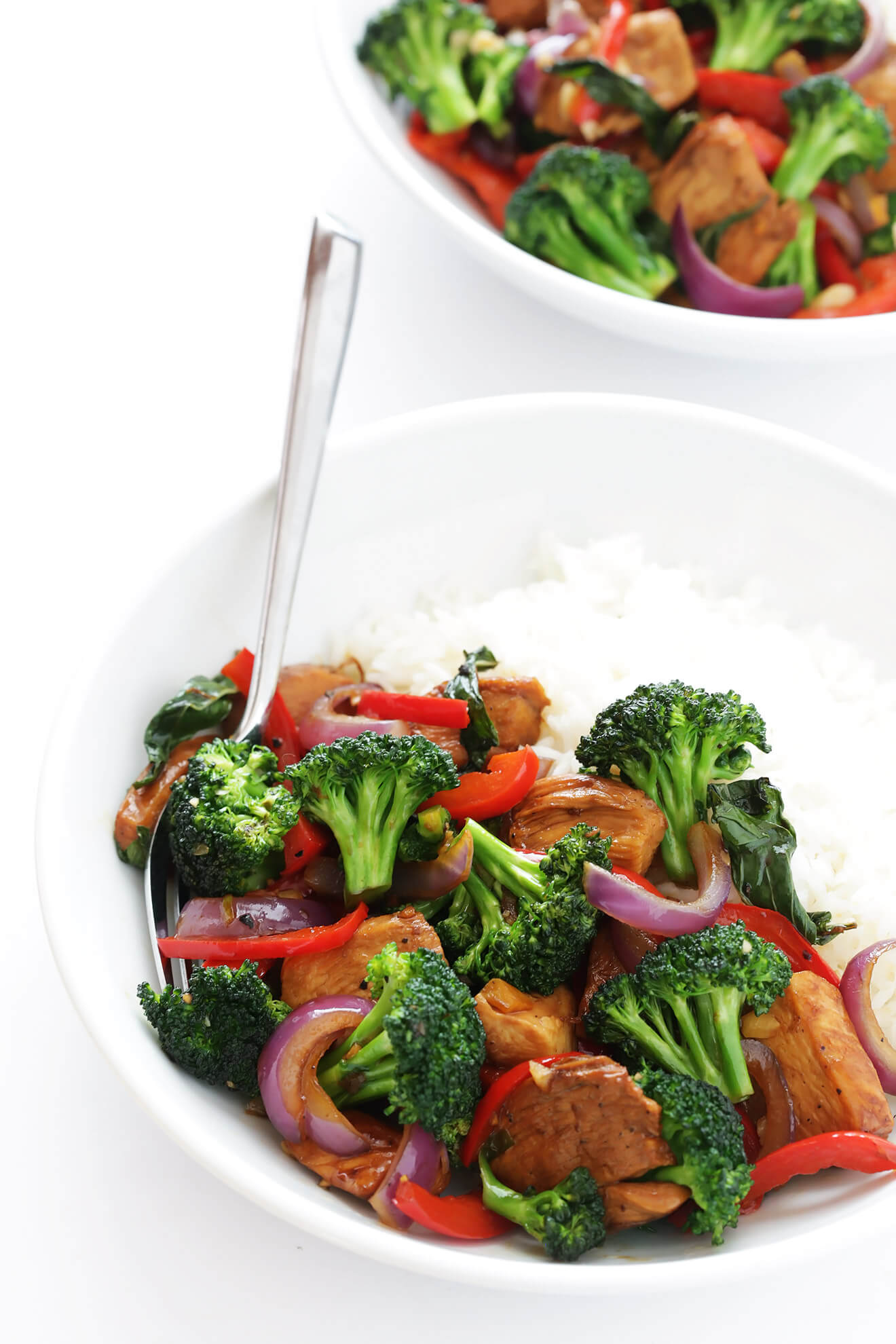I'm obsessed with this easy recipe for Thai Basil Chicken! It's full of fresh veggies, tender chicken, and sauteed with the most delicious Thai basil sauce. | gimmesomeoven.com