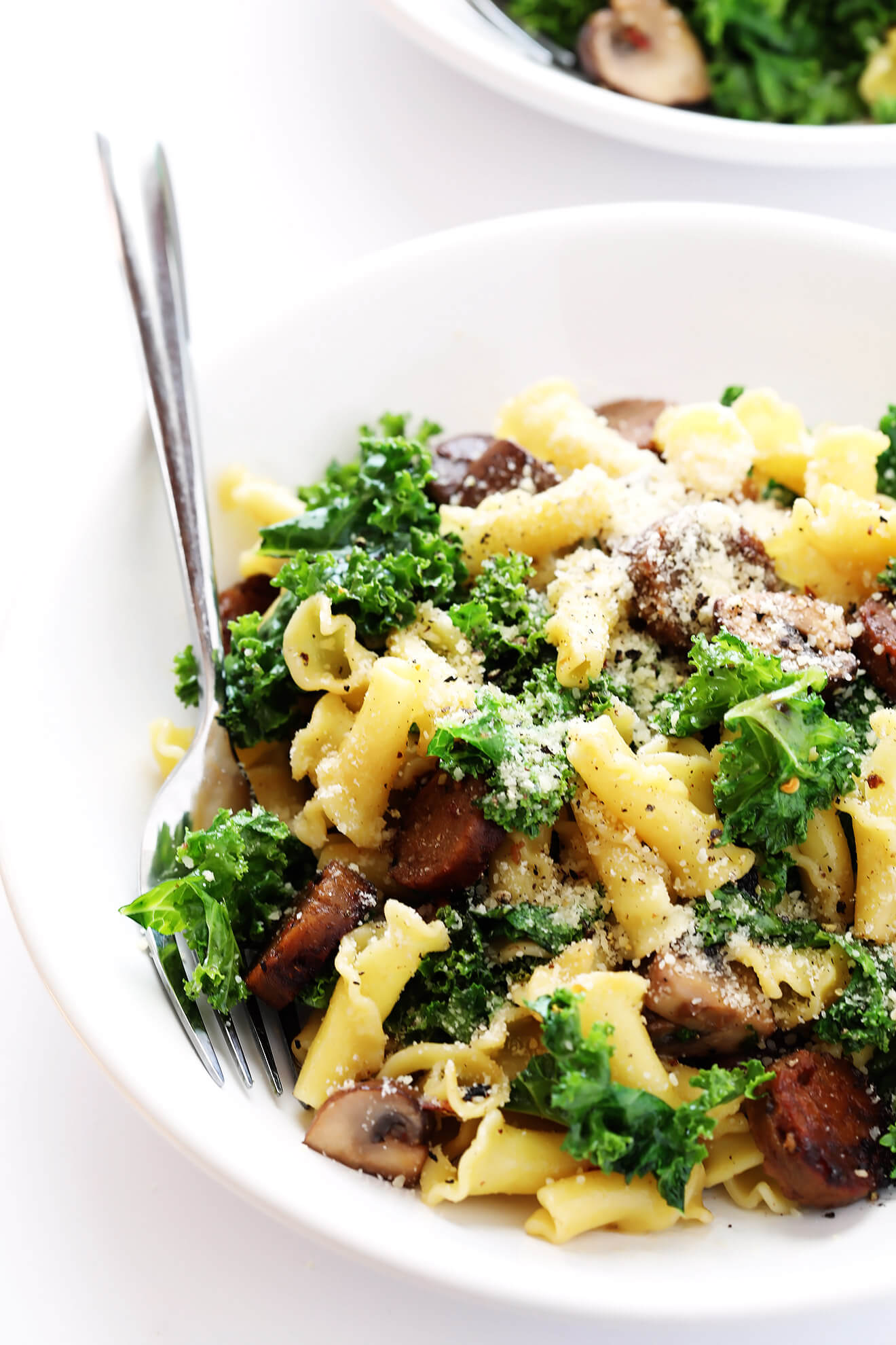 This Pasta with Italian Sausage, Mushrooms and Kale can actually be made vegetarian with one delicious surprise ingredient! | gimmesomeoven.com