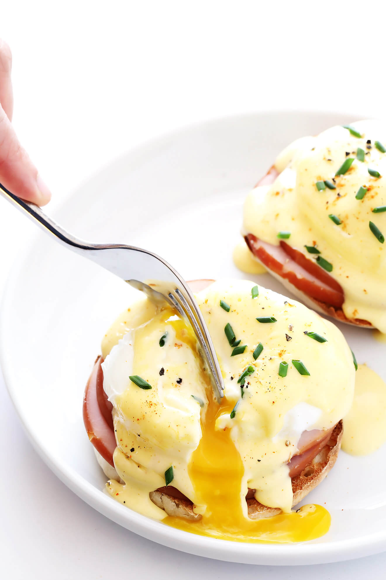 Love the poached eggs in this classic Eggs Benedict recipe! So easy to make, and so delicious! | gimmesomeoven.com