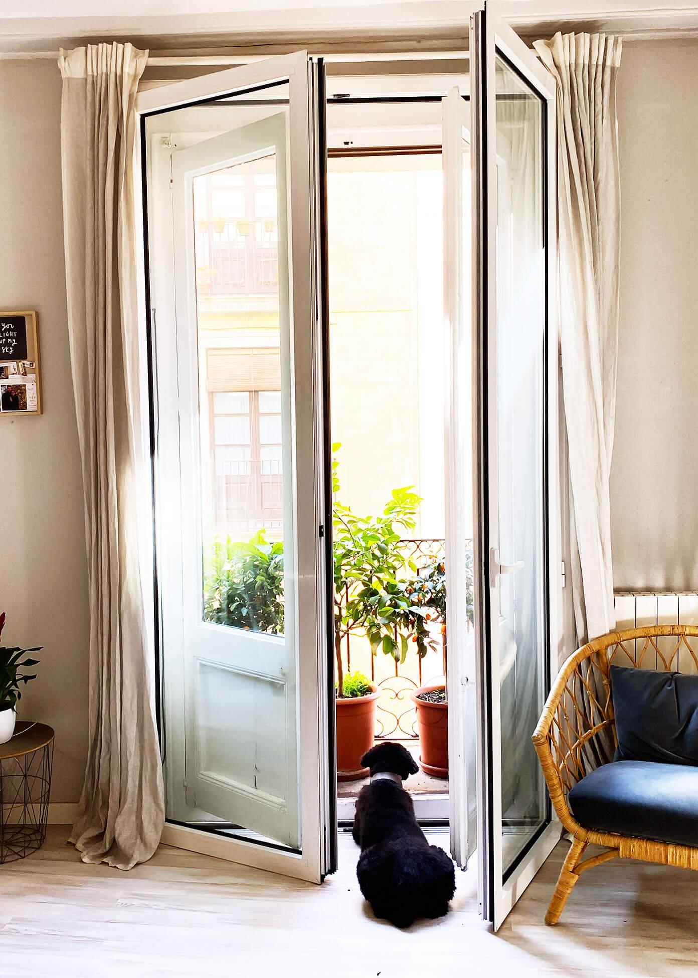 Janelas abertas em nosso apartamento em Barcelona
