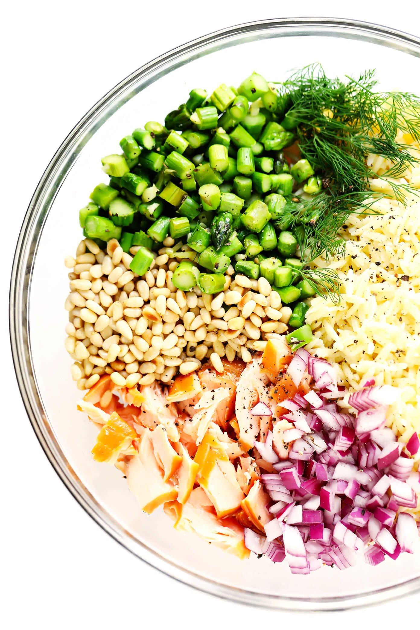 Salada de macarrão com salmão Ingredientes (espargos, salmão defumado, cebola roxa, pinhões, orzo, endro)
