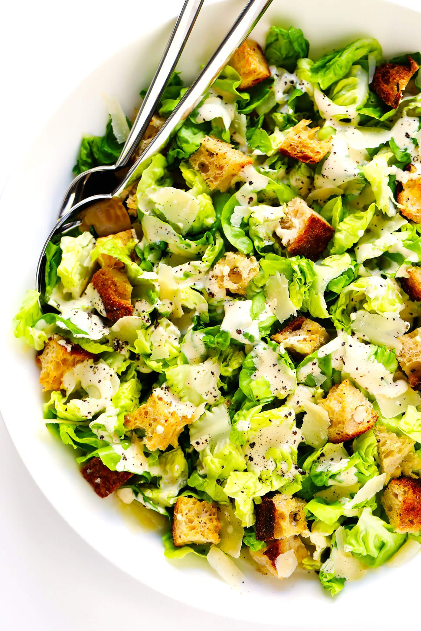 Salada Caesar caseira com molho Caesar regado por cima