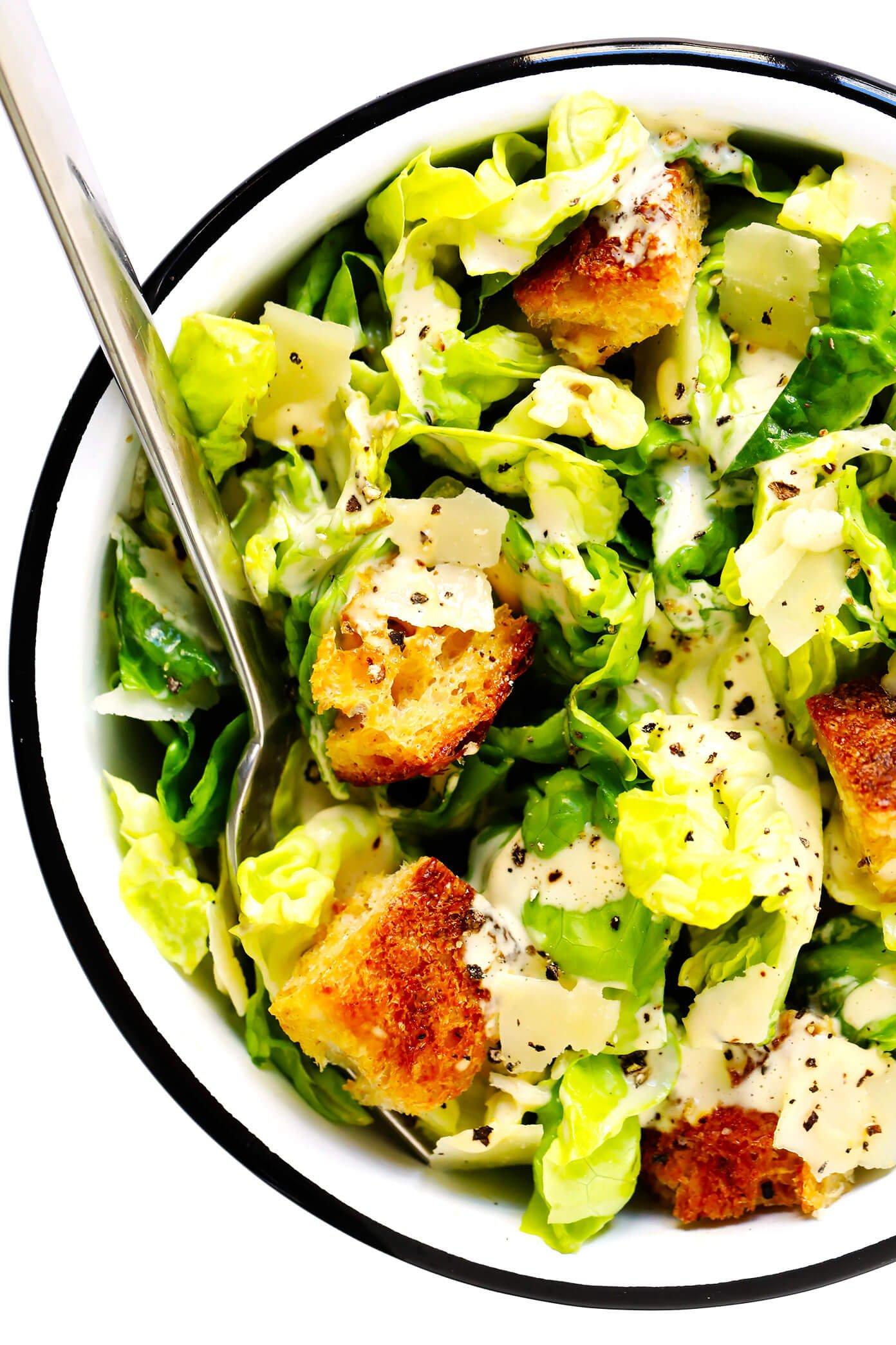 Salada Caesar em tigela com croutons e parmesão