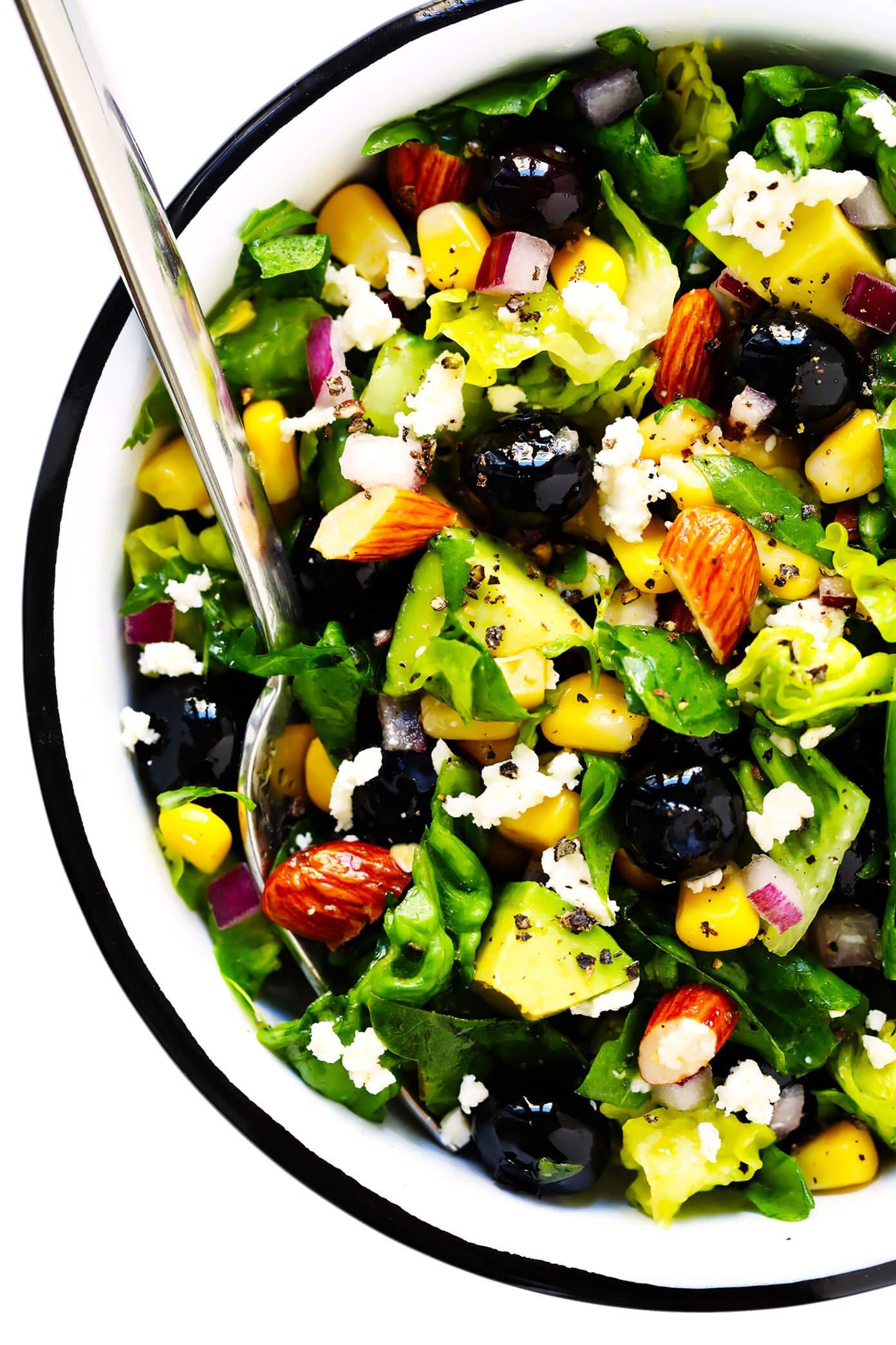 Servindo tigela de milho, abacate e salada de mirtilo