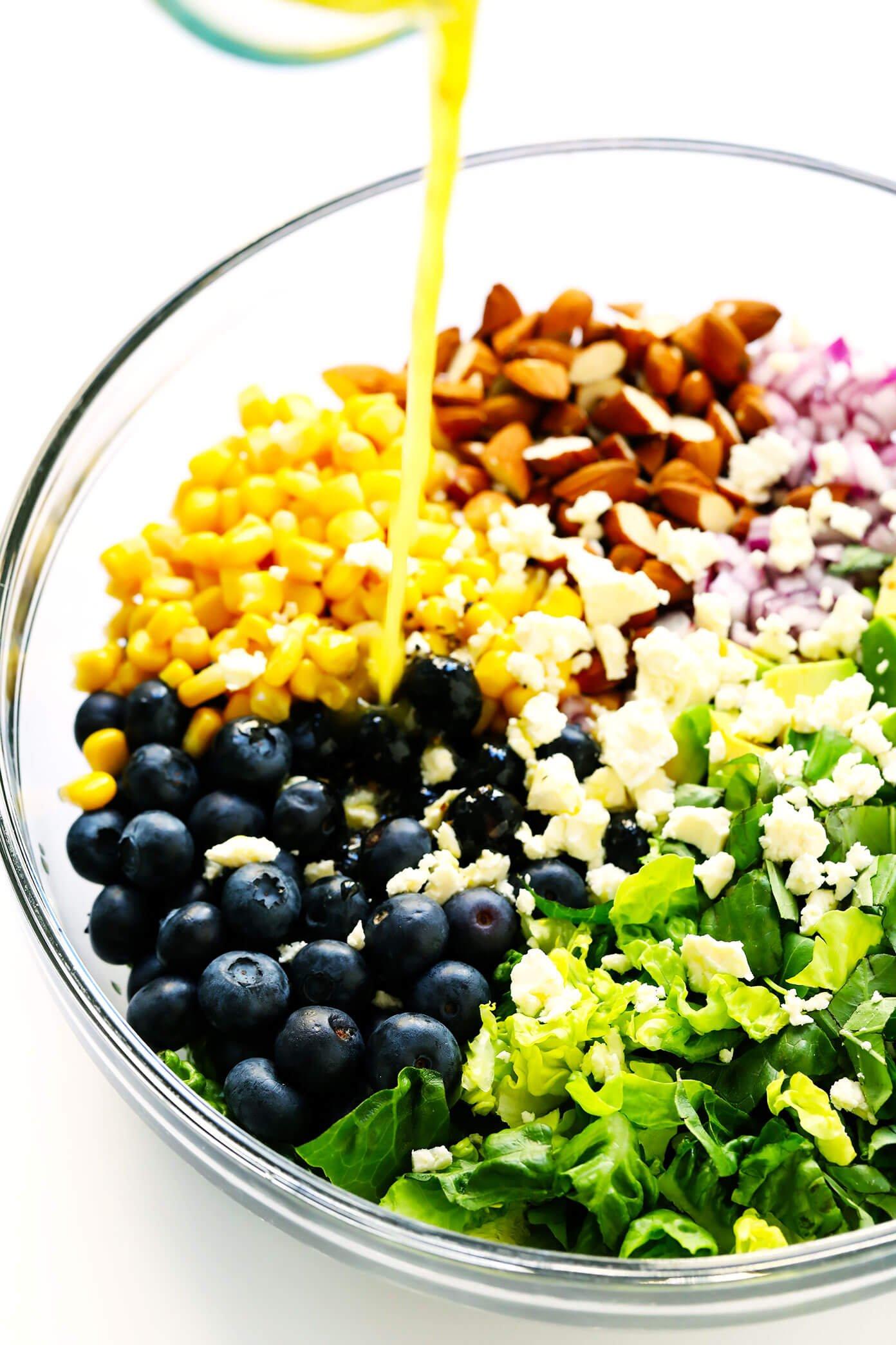 Regar molho de limão na salada de mirtilo