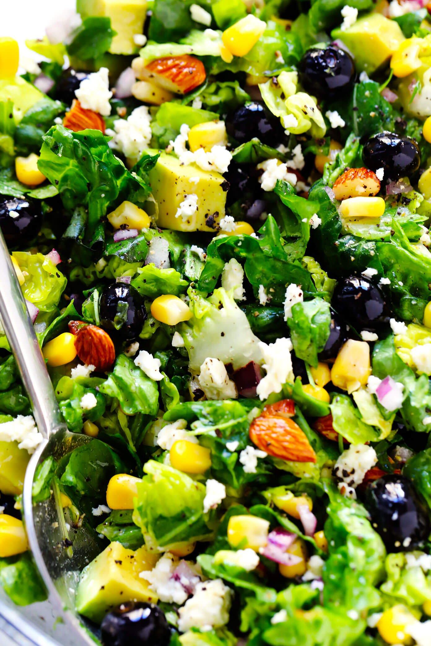 Closeup de mirtilo, abacate e salada de milho