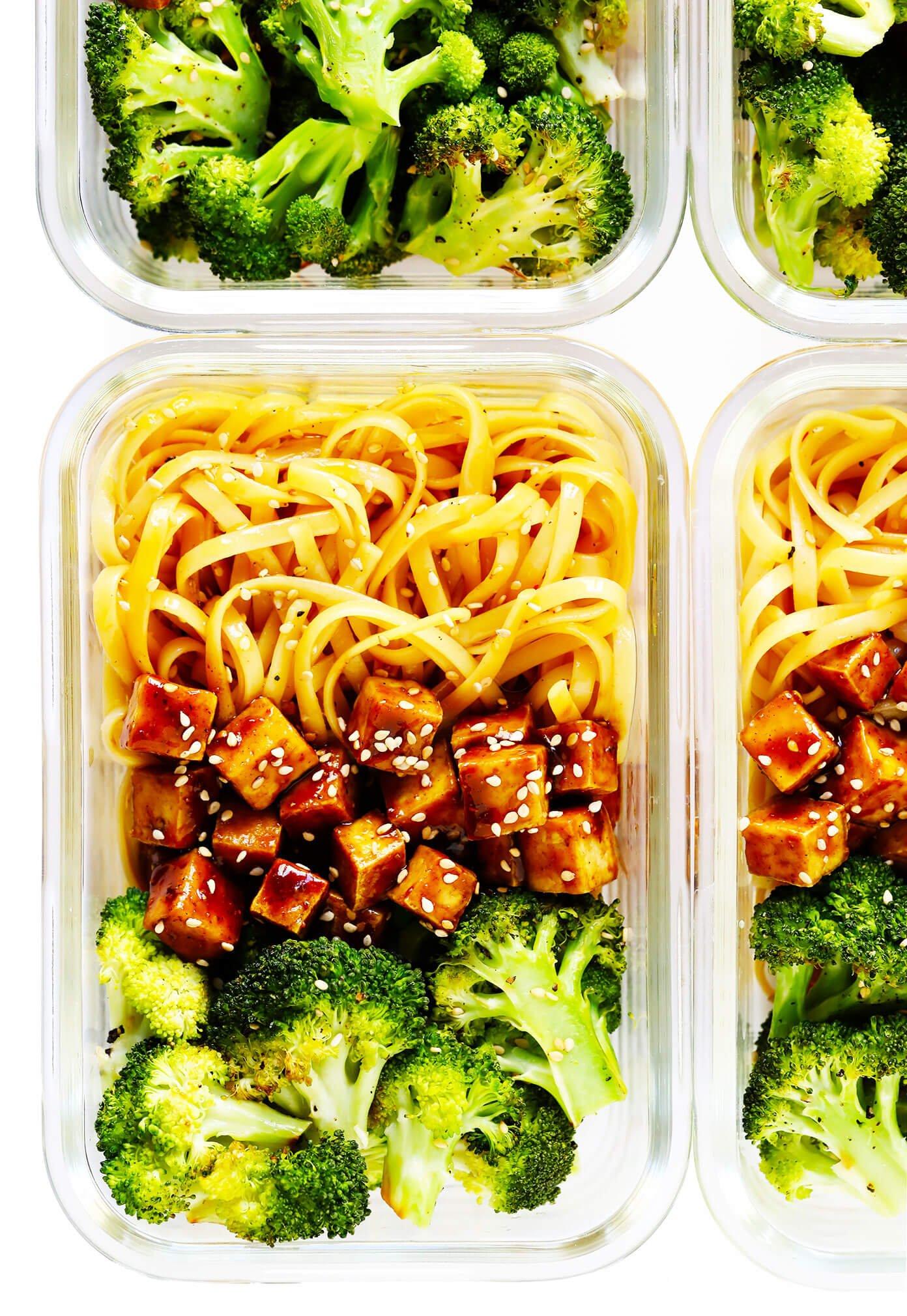 Cinco tigelas de macarrão de gergelim de tofu de especiarias com brócolis assado em recipientes para preparação de refeições