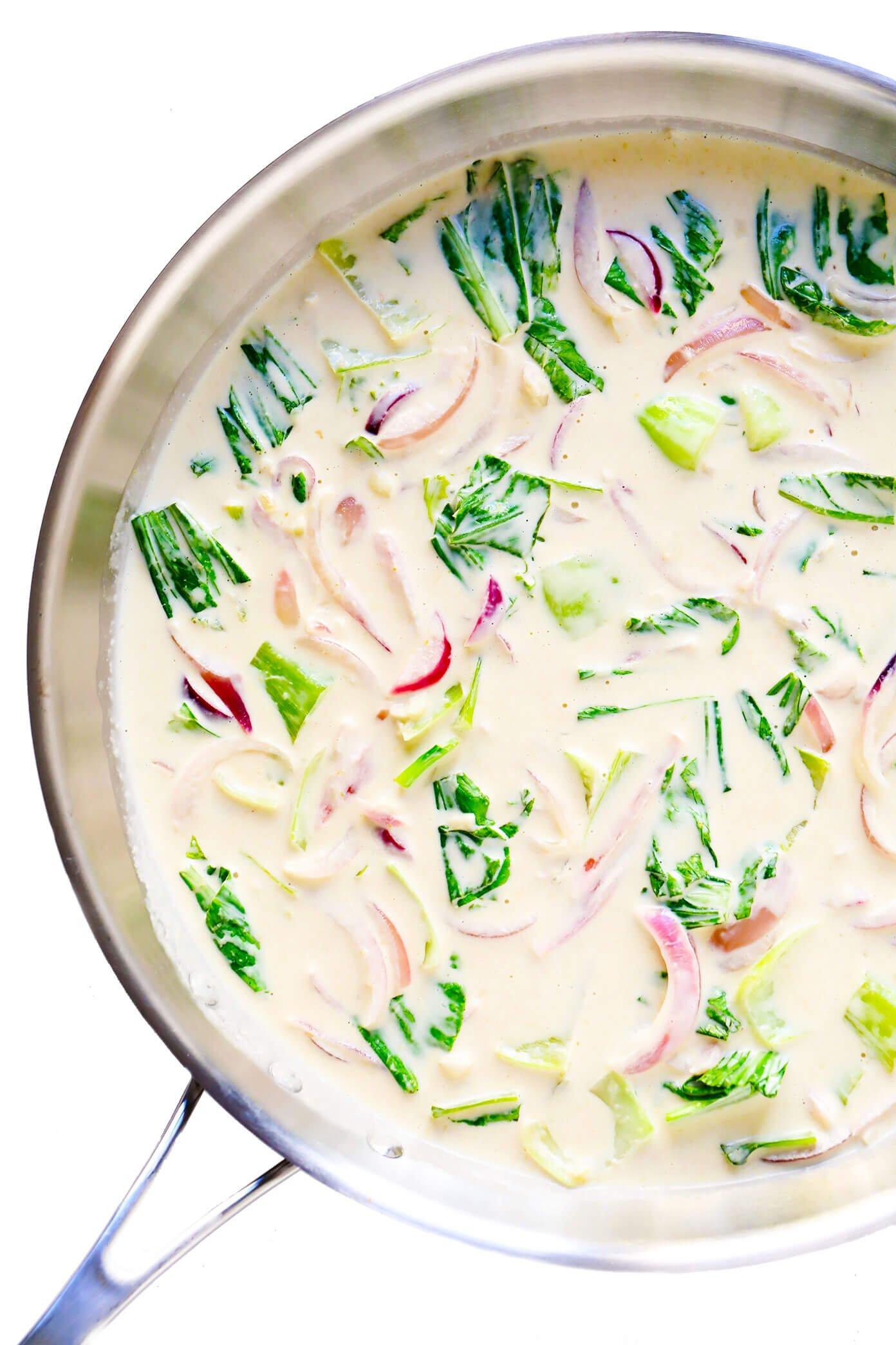 Molho de Curry Verde com Bok Choy e Cebola Vermelha