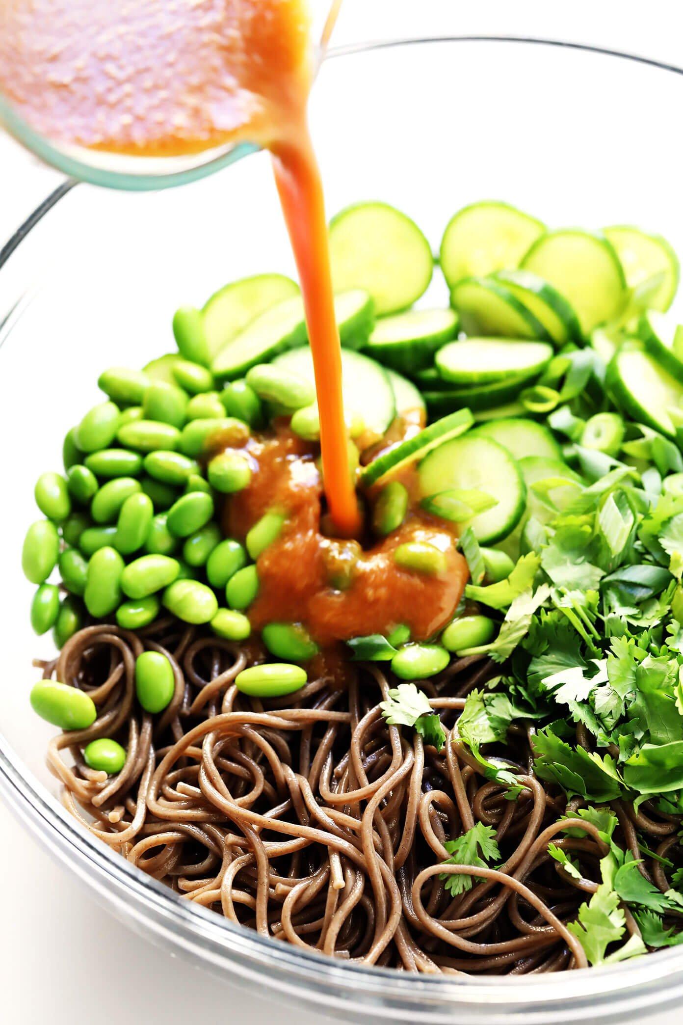 Salade de nouilles soba avec sauce aux arachides arrosée