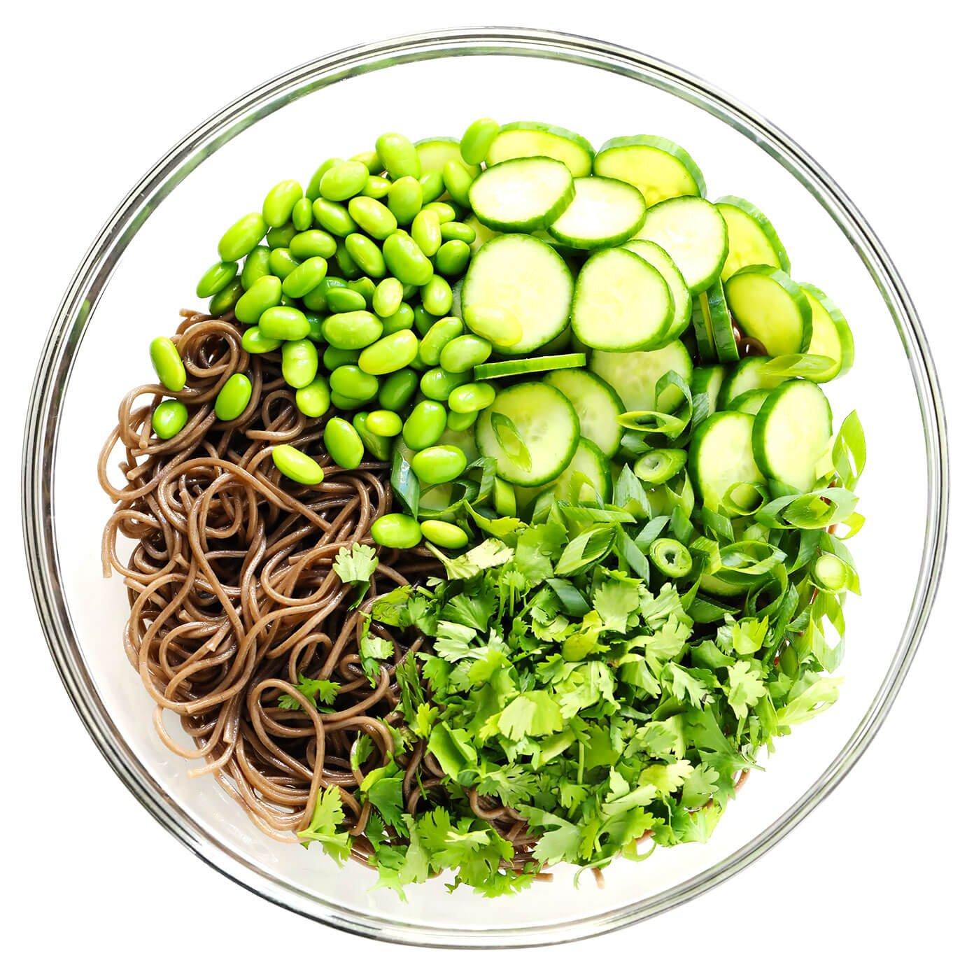 Nouilles soba, edamame, coriandre, oignons verts et concombre