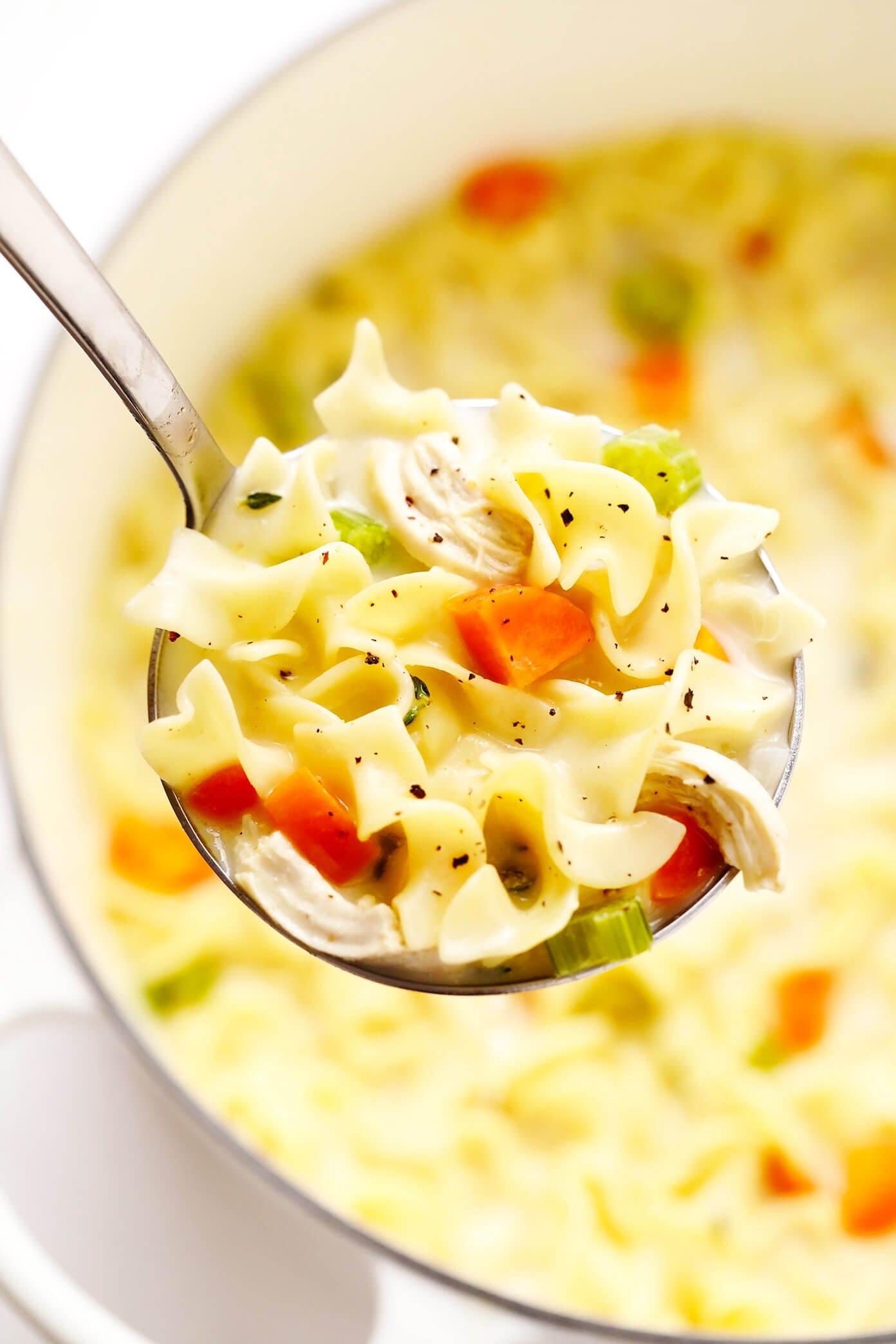 Concha cheia de sopa cremosa de macarrão de frango