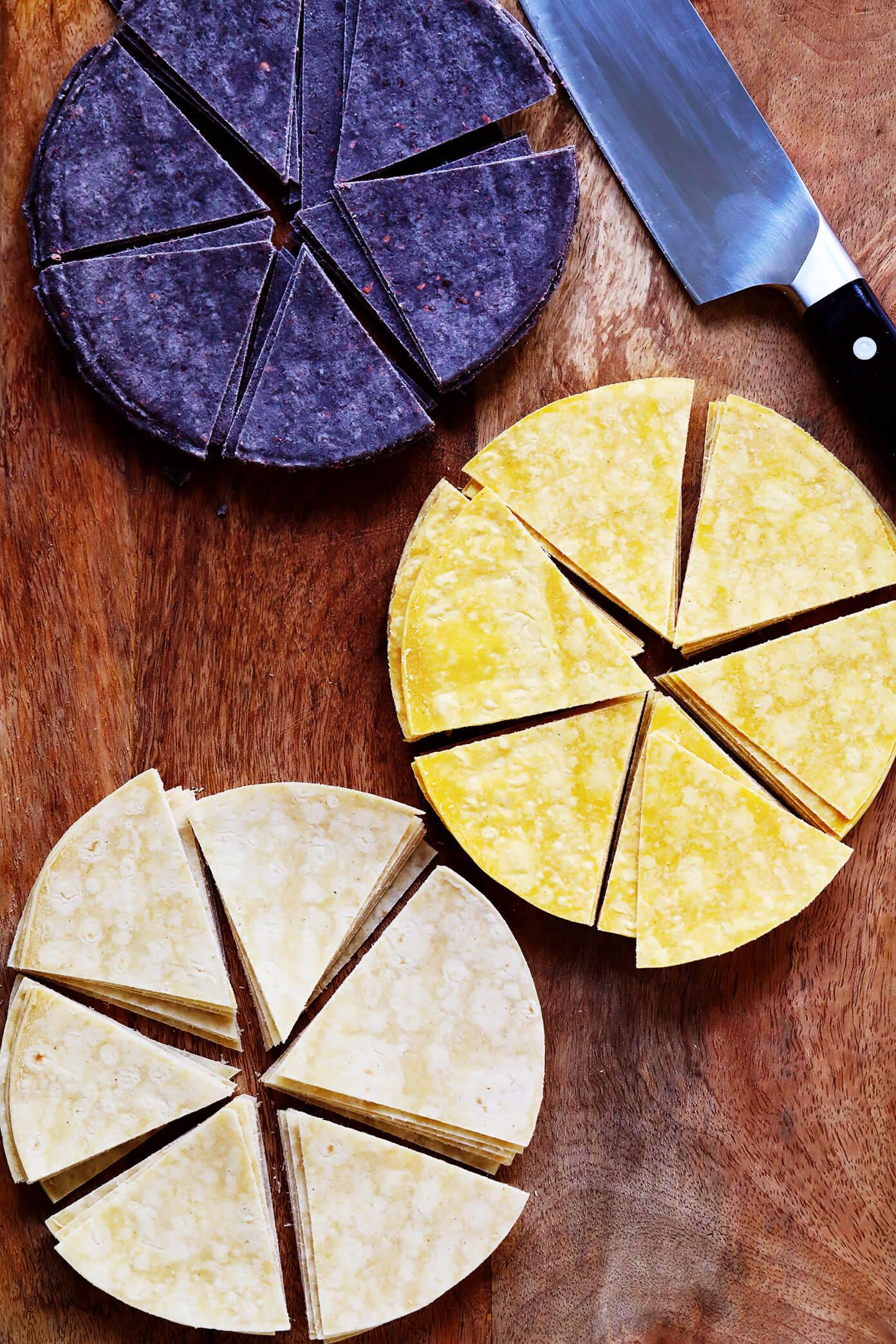 Tortilhas de milho azuis, amarelas e brancas