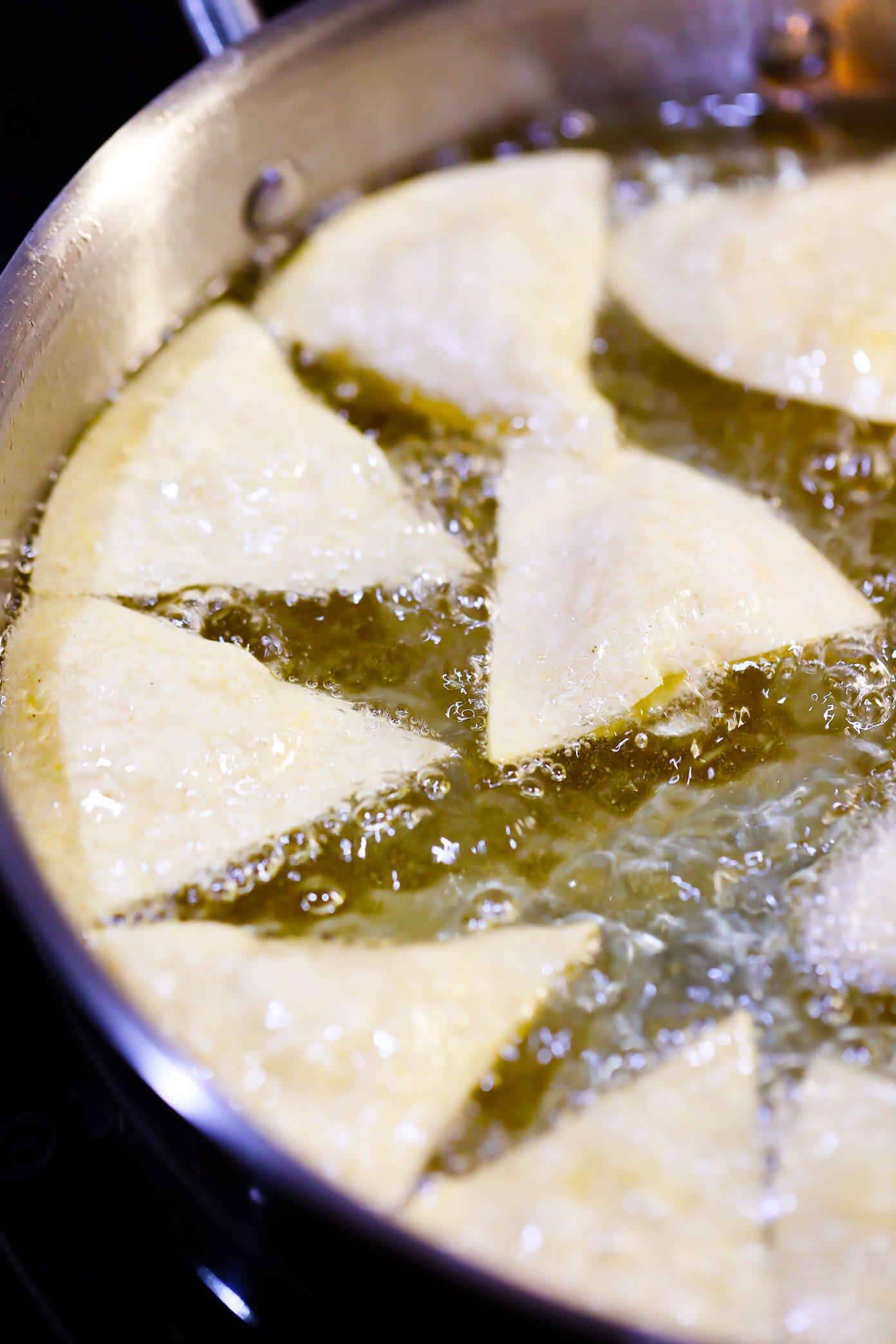 Fritar tortilhas para fazer batatas fritas caseiras