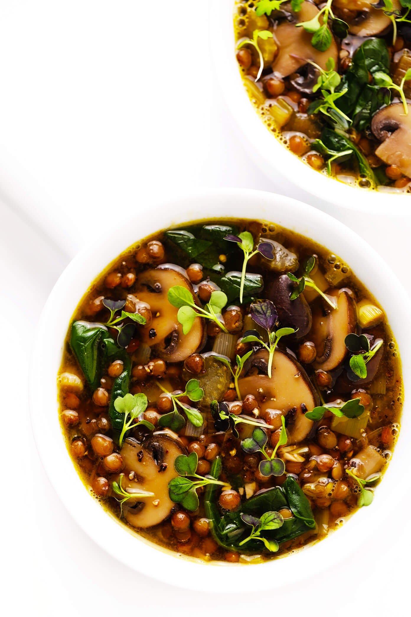 Receita de sopa de lentilha e cogumelos francesa em tigelas