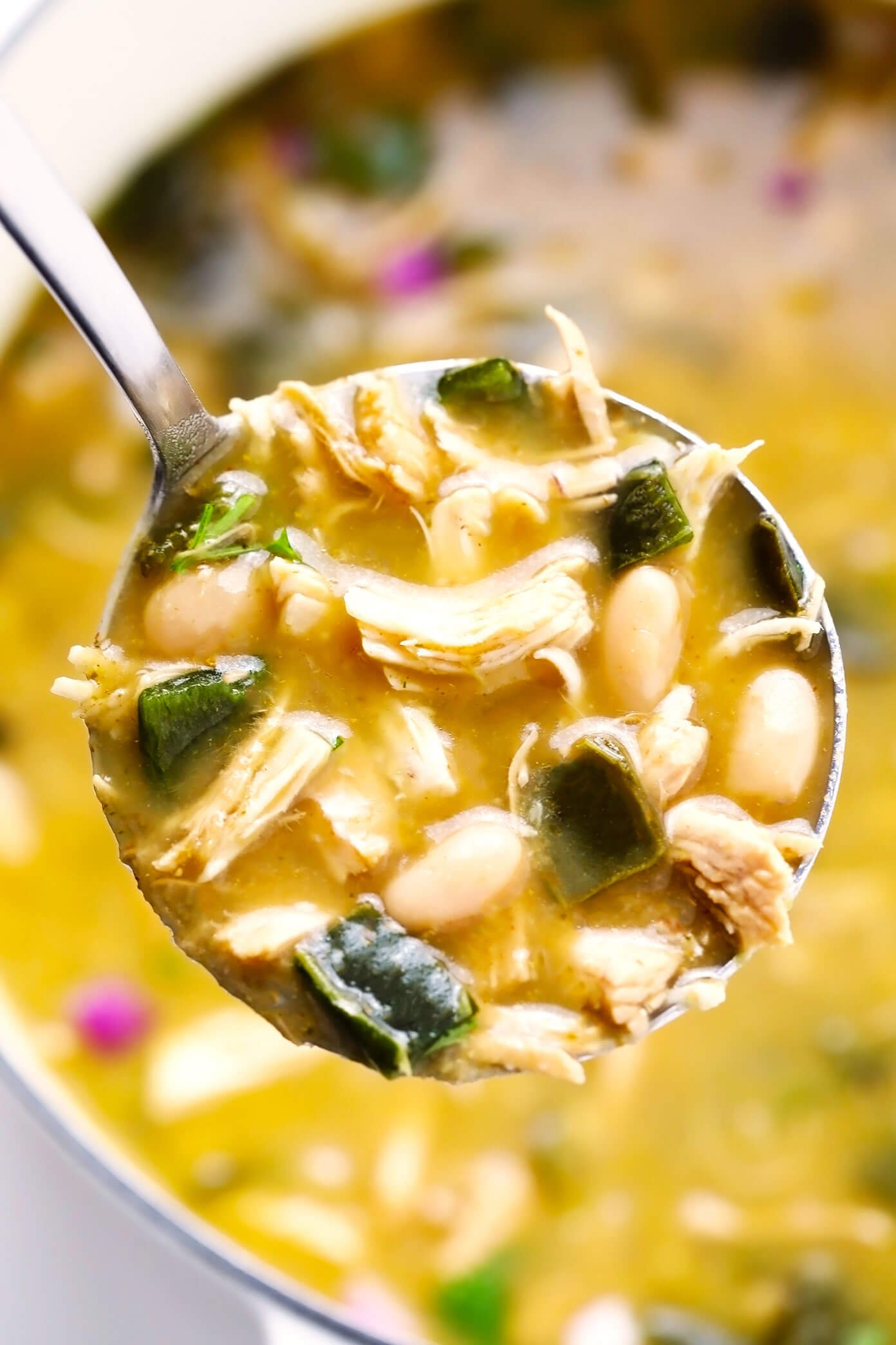Poblano White Chicken Chili em Concha