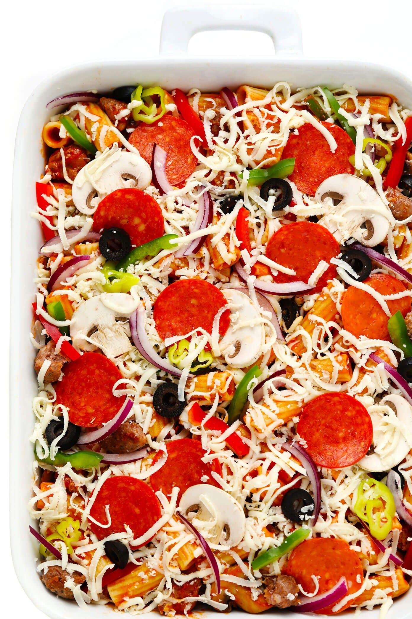 Ingredientes de pizza assada de ziti na frigideira antes de assar