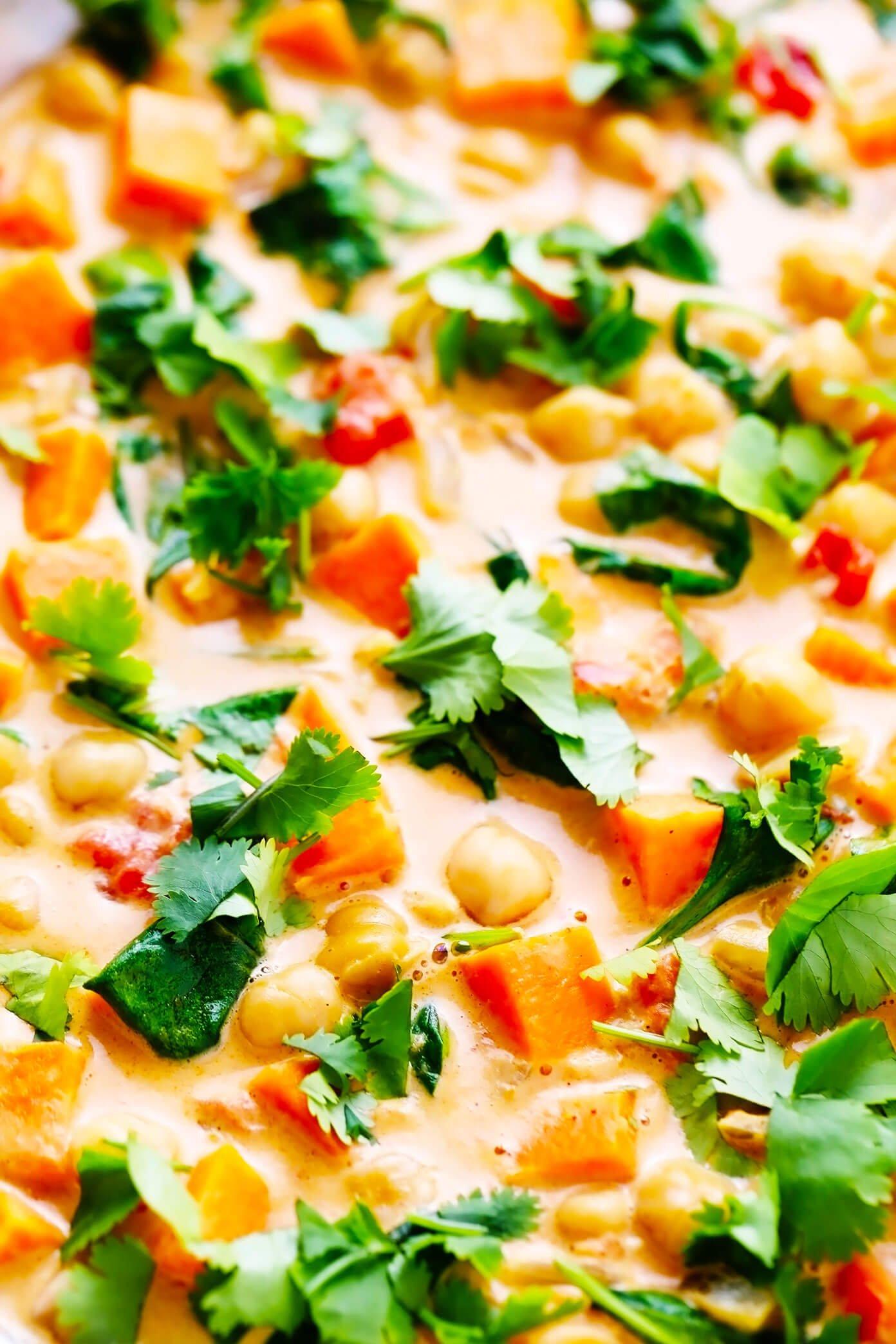 Close up de batata doce curry de grão de bico