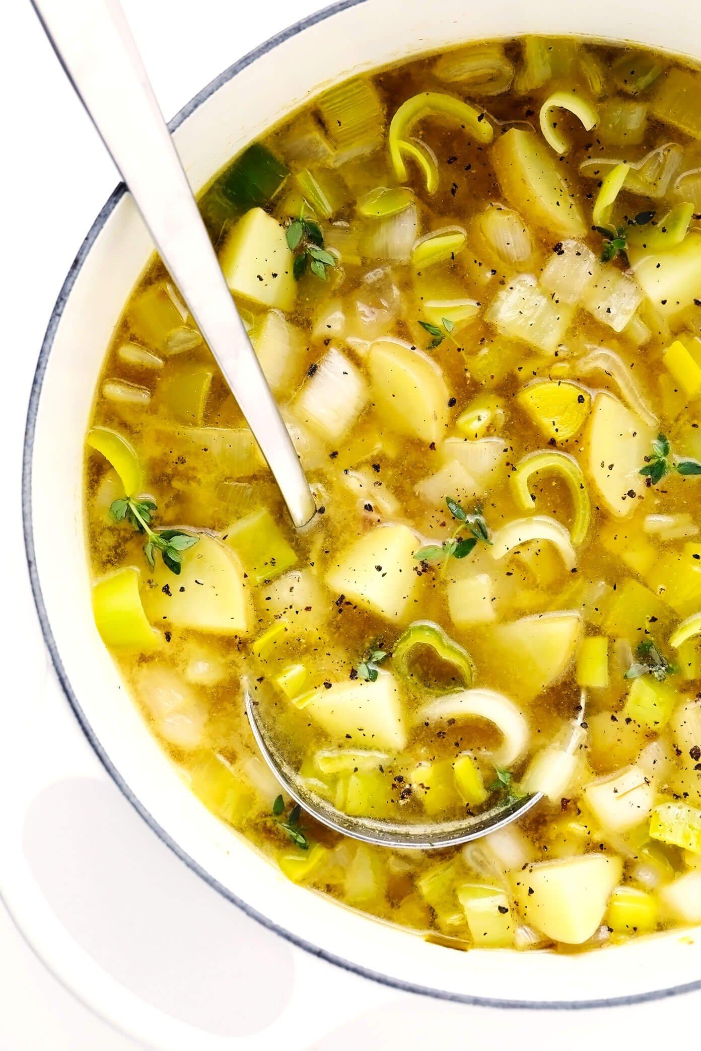 Sopa de batata rústica com alho-porro em panela