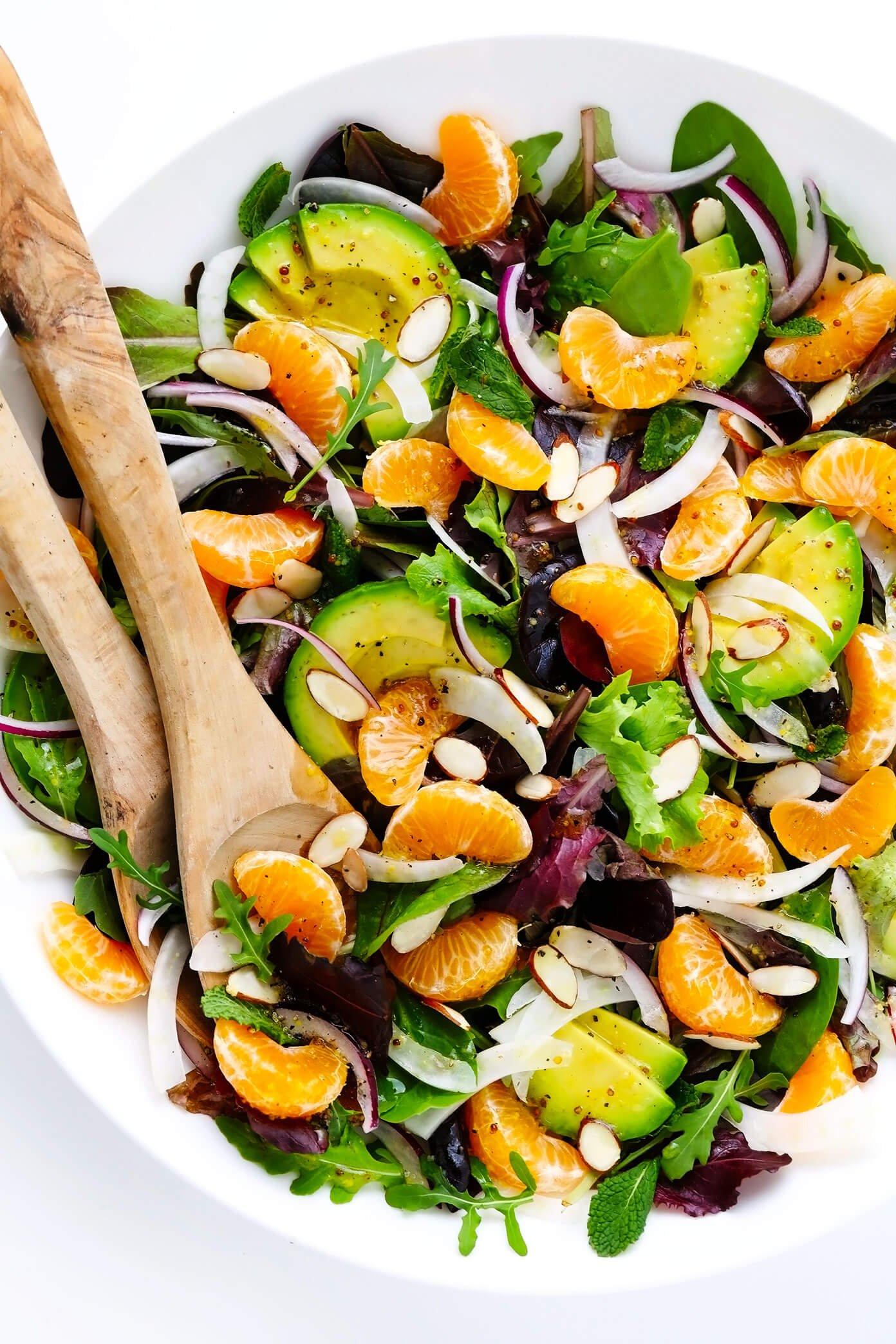 Salada de laranja, erva-doce e abacate na tigela