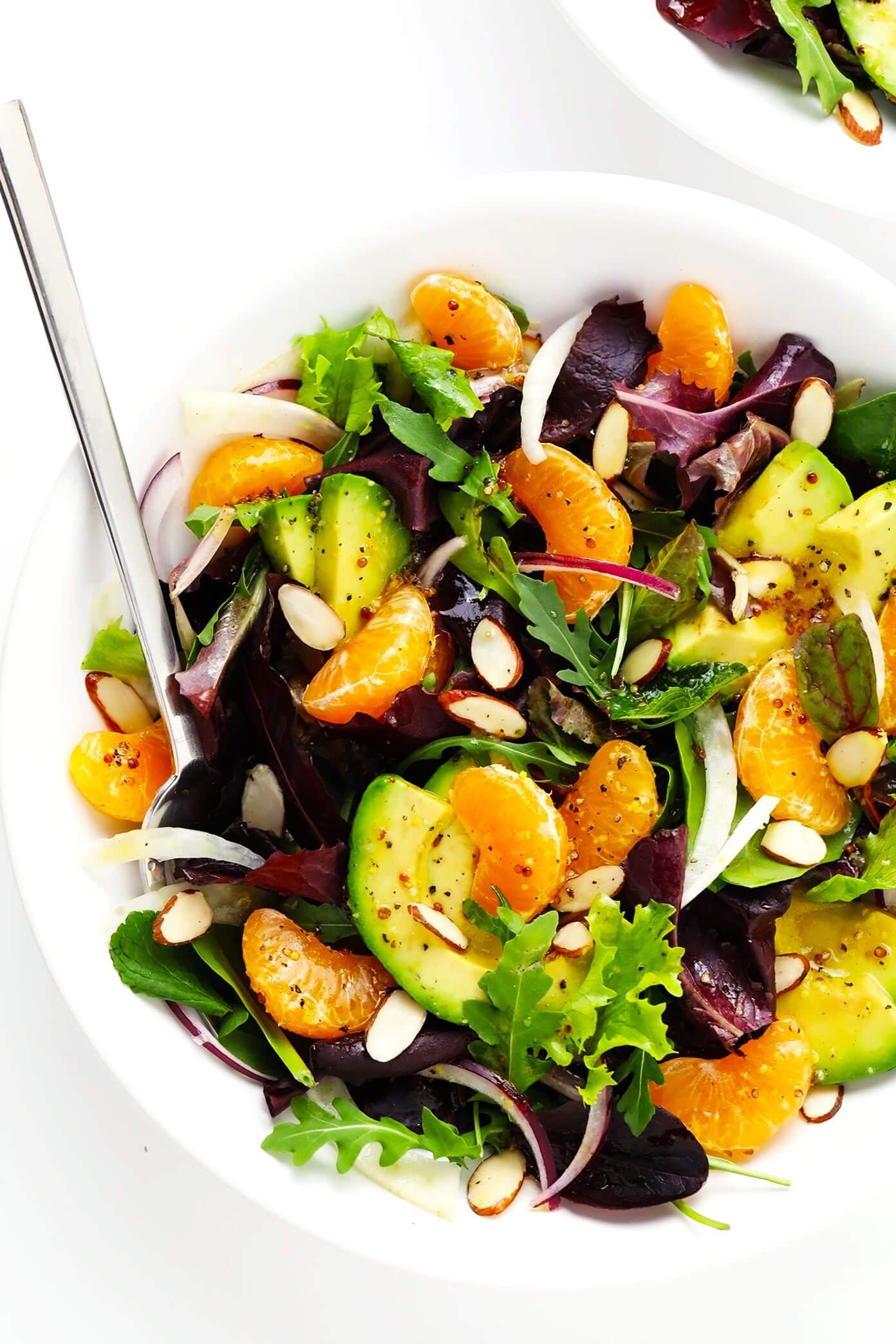 Salada de laranja, Fellen e abacate em uma tigela com amêndoas