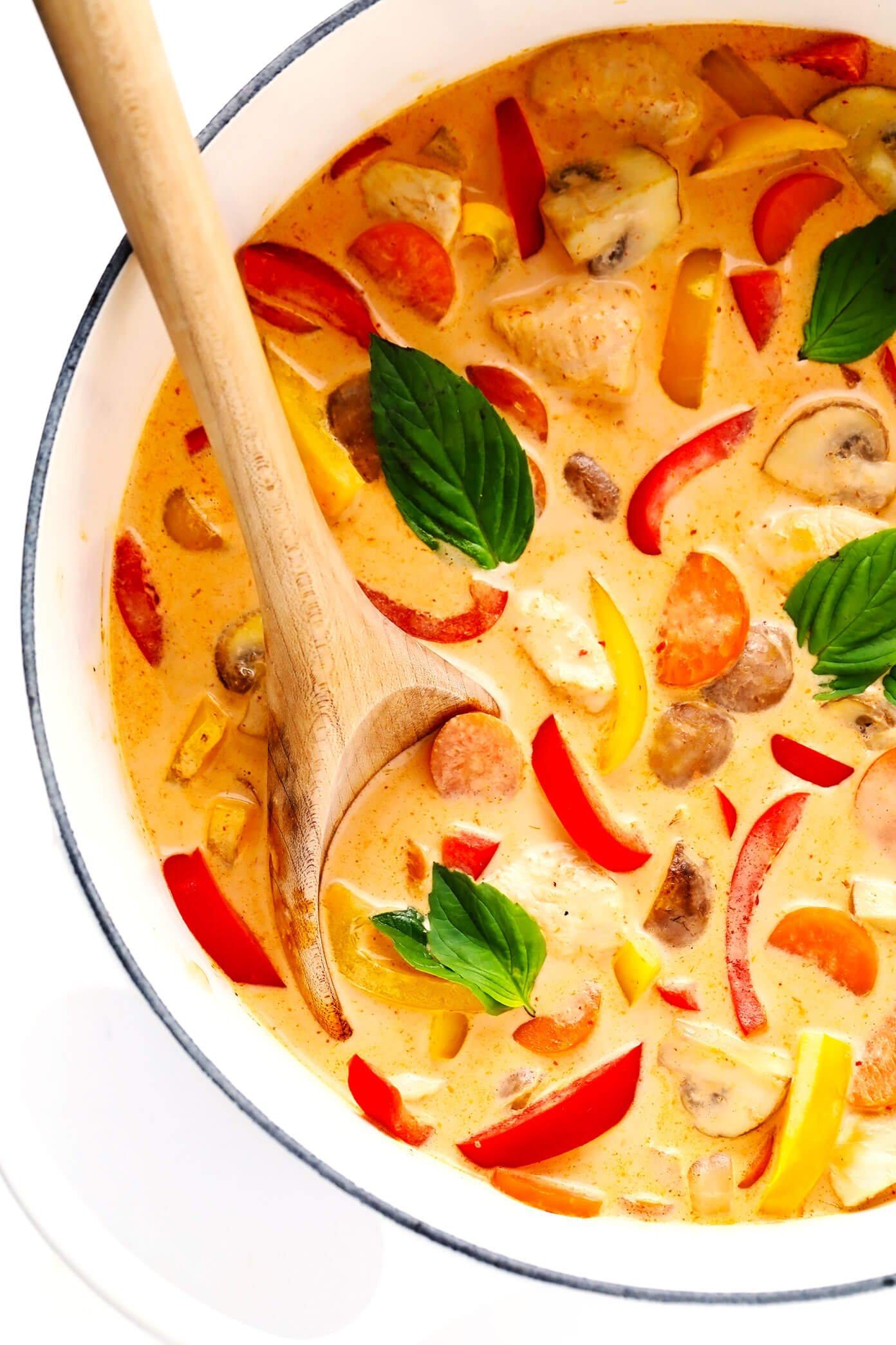 Curry vermelho tailandês com frango na panela