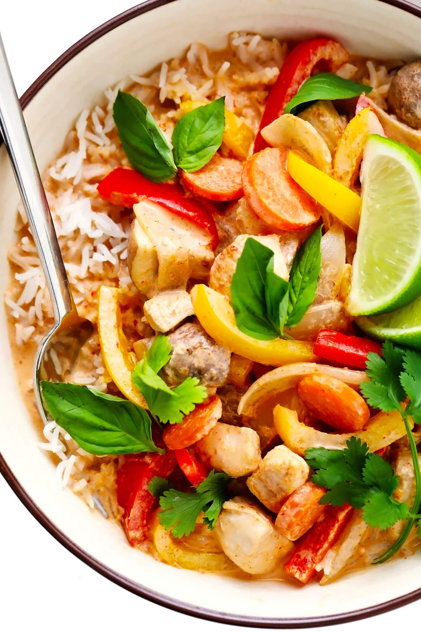 Curry de frango tailandês com arroz closeup