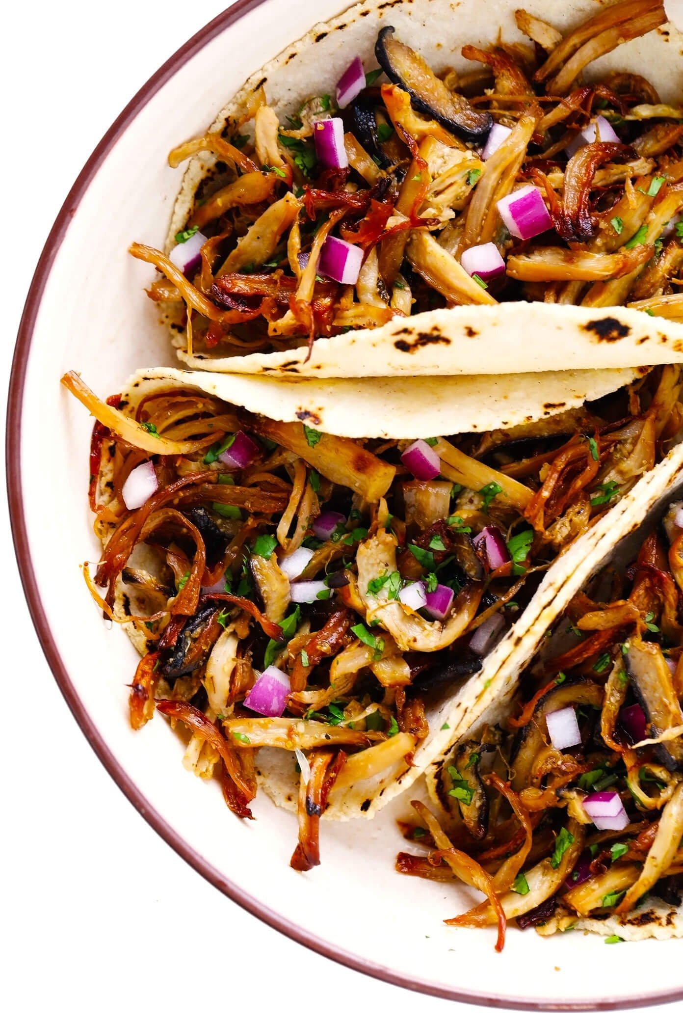 "Prato de Cogumelo ""Carnitas"" Tacos com cebola roxa e coentro"