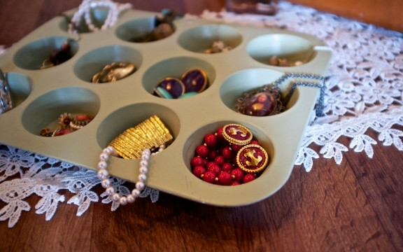 Manage It Monday: Cupcake Jewelry Bin | gimmesomestyleblog.com