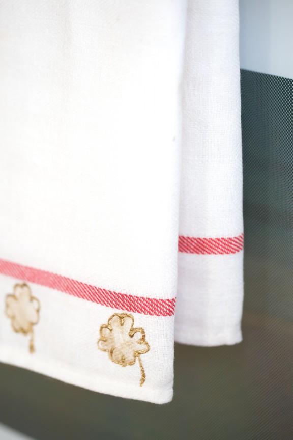 Shamrock Tea Towel | www.gimmesomestyleblog.com #shamrock #stamp #stpatricksday